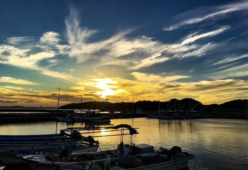 小江の漁港の夕陽
